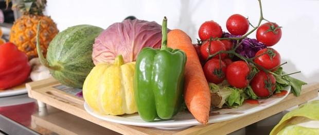Nyári friss zöldségek és gyümölcsök